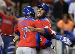 Nelson Cruz (derecha) celebra con José Reyes (#7) haber anotado la carrera decisiva del partido contra Estados Unidos. (Foto: Wilfredo Lee/AP)