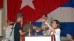 Reynaldo Cruz (izquierda) y René González (centro) en el momento de la entrega. (Foto: cortesía de Don Foreman)