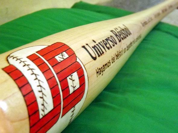 Logo de Universo Béisbol en el bate. (Foto: Reynaldo Cruz)