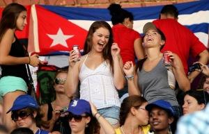 Estudiantes del proyecto Semestre en el Mar, de la Universidad de Virginia, Estados Unidos, en el Estadio de béisbol, 26 de Julio de Artemisa. (Foto: Ismael Francisco/Cubadebate)