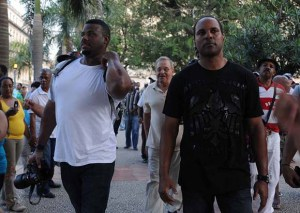 Griffey Jr (izquierda) y Larkin, caminando por La Habana. (Foto: Raúl Pupo)