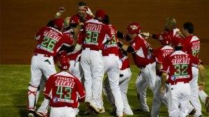 El equipo de Mexico celebra dejar al campo a los dominicanos.