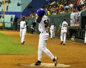 Guillermo Avilés pegó jonrón y empujó tres por Holguín. (Foto: Reynaldo Cruz)