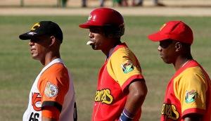 Raúl González (al centro) fue el de más average ofensivo y defensivo, pero ¿eso lo hizo el mejor utility? (Foto: Ismael Francisco/Cubadebate)