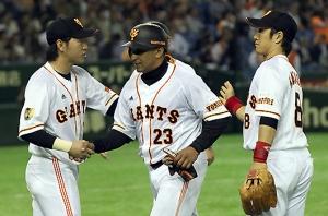 Frederich Cepeda (#23) es saludado por sus compañeros en su debut en la NPB: (Foto: sitio oficial de los Yomiuri Giants)