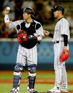 """Daisuke Matsuzaka (derecha) inició en Atenas el """"reinado del terror"""" sobre los bateadores cubanos. (Foto: Clive Mason/ Getty Images)"""