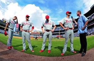 Jonathan Papelbon #58, Ken Giles #53, Jake Diekman #63, y Cole Hamels #35 de Philadelphia Phillies luego de dejar sin hits a los Atlanta Braves en el Turner Field. (Foto: Scott Cunningham/ Getty Images)