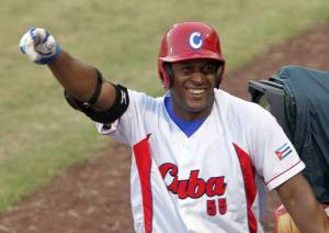 Alexander Malleta pegó un jonrón, casi dos. (foto: Ismael Francisco/ Cubadebate)