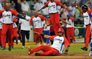 Yosvani Alarcón se desliza en el plato con la carrera del gane. (Foto: Ricardo López Hevia)