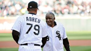 Minnie Miñoso saluda a José Dariel Abreu (#79). Foto: David Banks/ Getty Images)