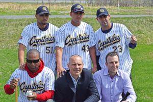 Arriba, de izquierda a derecha: Yunieski Gourriel, Yordán Manduley e Ismel Jiménez; abajo, de izquierda a derecha: Alexei Bell, Michel Laplante (presidente) y el gerente Patrick Scalabrini. (Foto: Charles-Antoine Gagnon)