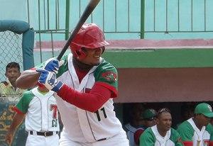 Yosvani Alarcón hio lo que le vino en gana ante el pitcheo de Holguín. (Foto: Tiempo 21/ Angeluis)