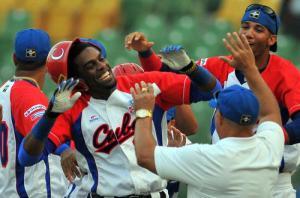 Yasiel Santoya celebra el fin del partido junto a sus compañeros. (Foto: Ricardo López Hevia/ Granma)