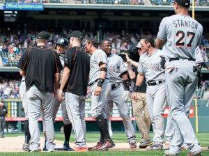 Ichiro Suzuki es saludado por sus compañeros luego de llegar a 3000 hits. (Foto: Dustin Bradford/ Getty Images)