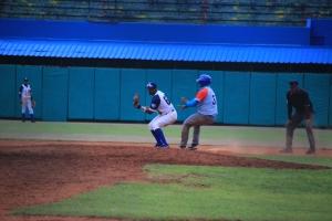 Osvaldo Vázquez (derecha) se pasa por querer llegar de pie a segunda y casi es puesto out por Yeison Pacheco (derecha). (Foto: Reynaldo Cruz/ UB)